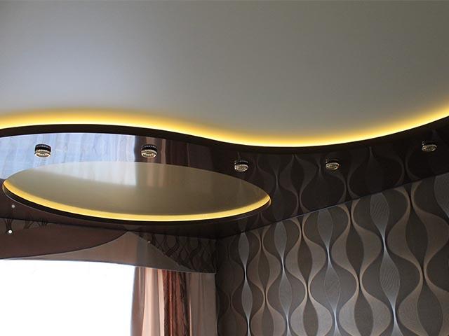Двухуровневые натяжные потолки для зала