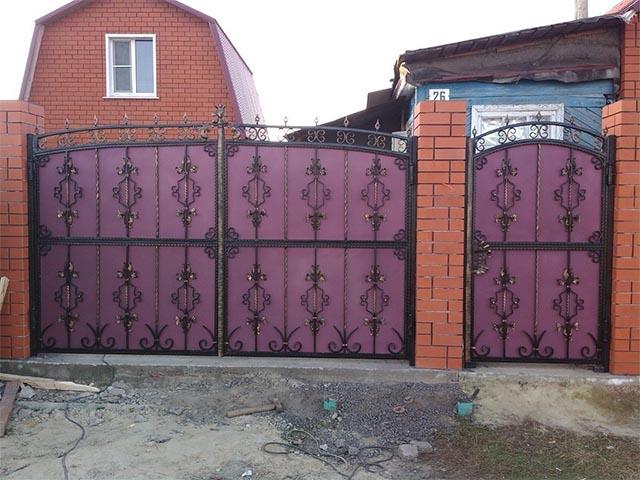 Ворота из металлопрофиля с элементами ковки